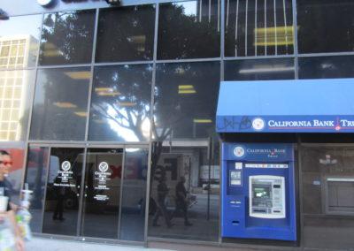 建物の1階にCalifornia Bank Trustという銀行があるので、それを目印にすると見つけやすいです。