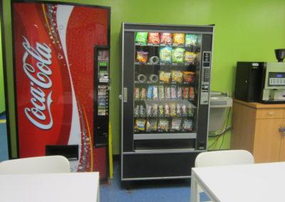 カフェテリアには、自動販売機があります。