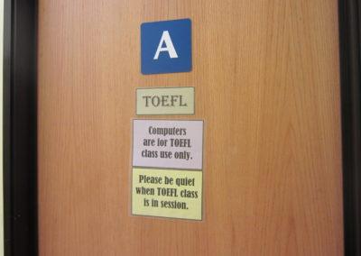 TOEFL用のパソコンがある教室があります。