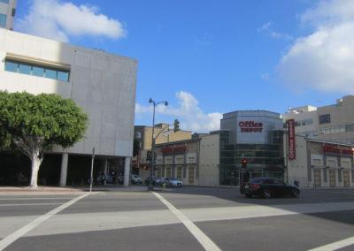 Office Depotから道を挟んで学校の建物があります。