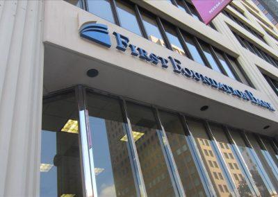 1階にFirst  Foundation Bankがあります
