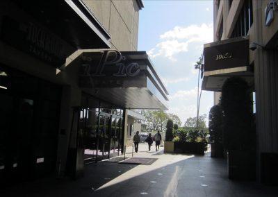入り口の前にIpicという映画館があります