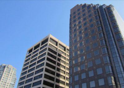 学校がある建物(左)