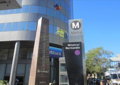 学校のある建物のすぐ隣がメトロの駅です。